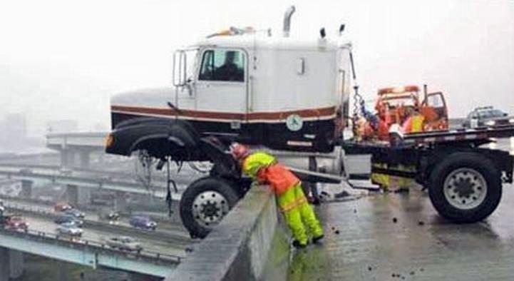 Аварии грузовиков, автокранов и других больших автомобилей! (61 фото)