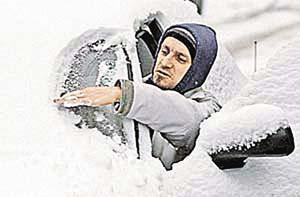 Для сметания снега лучше использовать щетку с мягкой щетиной (чтобы не царапала лакокрасочное покрытие) и резиновым скребком.