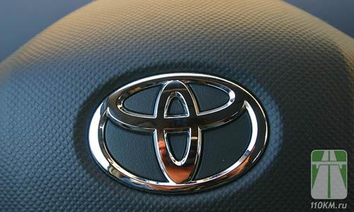 Логотип Toyota даже на таком плстике смотрится гармонично