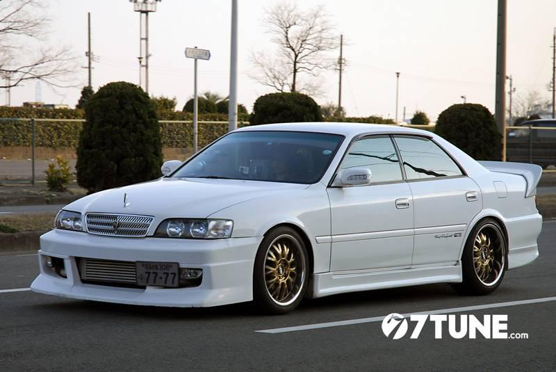 Тюнингованные автомобили в Японии можно увидеть не только на выставке (фото)