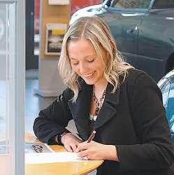 Преподнести престижный автомобиль даме можно даже с ее письменного согласия