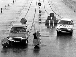 Первым серийным автомобилем, оснащённым ABS, стал Mercedes S-Class 1979-го модельного года. Система долгое время предлагалась в качестве опции и только в 1992 году вошла в список стандартного оборудования. В начале 1980-х АБС как опцию можно было установить на BMW 7-й серии.