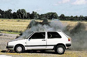 По проведенному исследованию журнала AutoBild автомобиль может сгореть дотла за каких-то 15 минут после того, как вы почувствовали запах гари и увидели дым... Поэтому в автомобиле обязательно должен быть огнетушитель, а лучше два.
