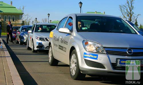 Вереница авто, обутых в Good Year F1 Asymmetric, ждала журналистов и гостей