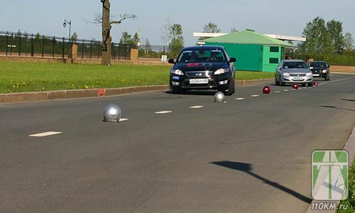 Шлемы были расставлены на расстоянии чуть большем, чем радиус поворота тестовых машин