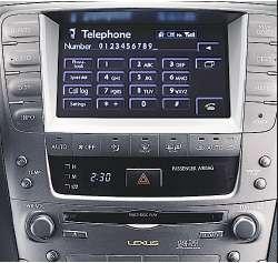 Телефон может лежать в сумке - все его функции доступны на дисплее автомобиля