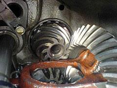 Навыки торможения двигателем рекомендуется развивать круглый год, тогда водителю удастся избежать ошибок при смене сезона