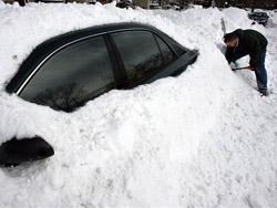 Если ветер несильный, можно время от времени разгребать снег с автомобиля, чтобы не оказаться погребенным под его толстым слоем. Фото zmam.com.