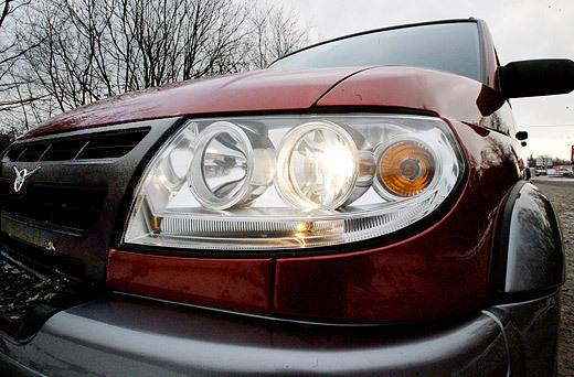 Мощные галогенные фары хорошо освещают дорогу в ночное время (фото: Дни.Ру/Дмитрий Коротаев)