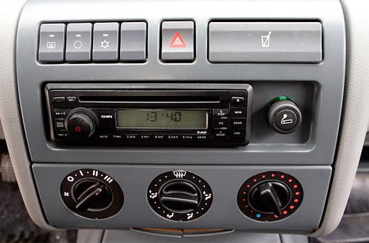 Знакомство с аудиосистемой началось... с небольшого ремонта – не работал левый динамик (фото: Дни.Ру/Дмитрий Коротаев)