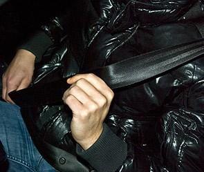 Почему нельзя ездить за рулем в куртке