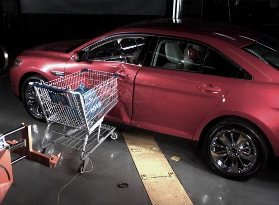 Ford провел необычный краш-тест: седан Taurus против тележки для покупок