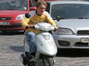 Владельцев скутеров обяжут получить водительские права