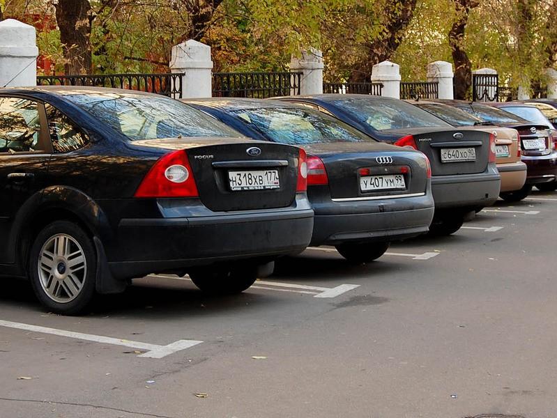 Для незаконных парковок предлагают ввести штраф в размере 100-500 тыс. руб.