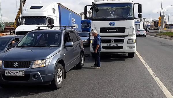 Что делать после аварии: убирать автомобиль с дороги или ждать ГИБДД, создавая пробку?