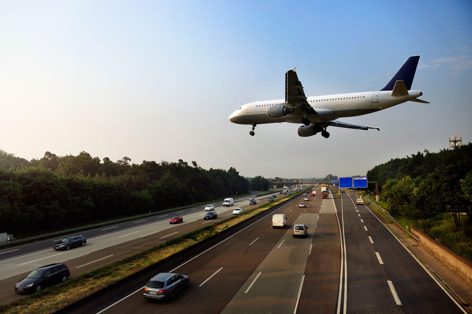 Низколетящий самолёт над шоссе