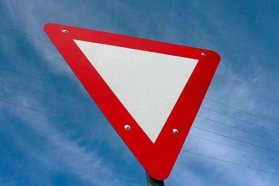 Как не запутаться со знаком «Уступи дорогу» на перекрестке равнозначных дорог, когда уступаем без знака